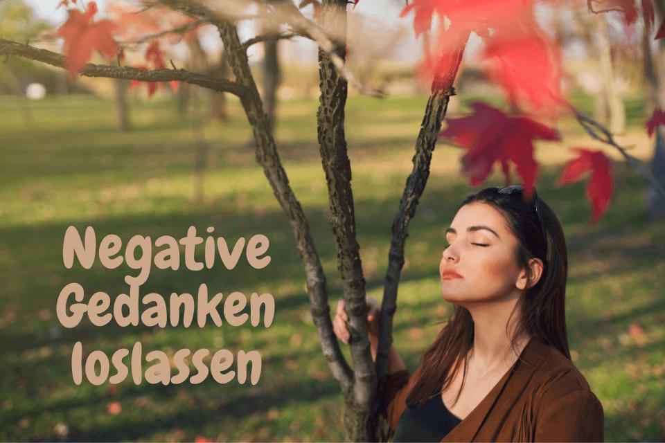 Eine Frau ist in Gedanken versunken und fragt sich, wie sie ihre Negative Gedanken loslassen kann.