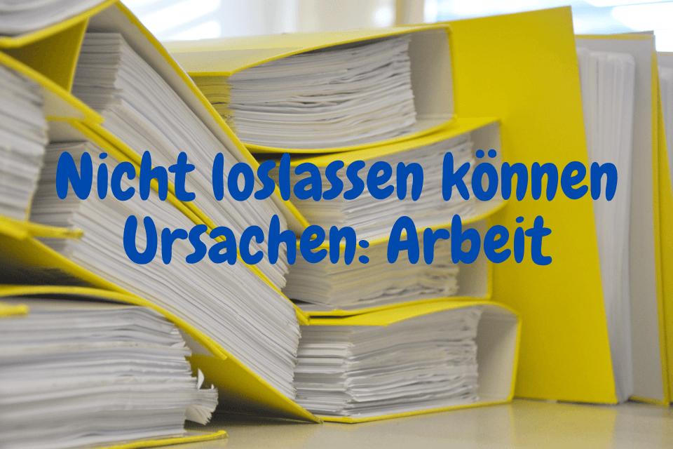 Win Stapel gelber Bundesordner mit der Aufschrift: Nicht loslassen können Ursachen: Arbeit