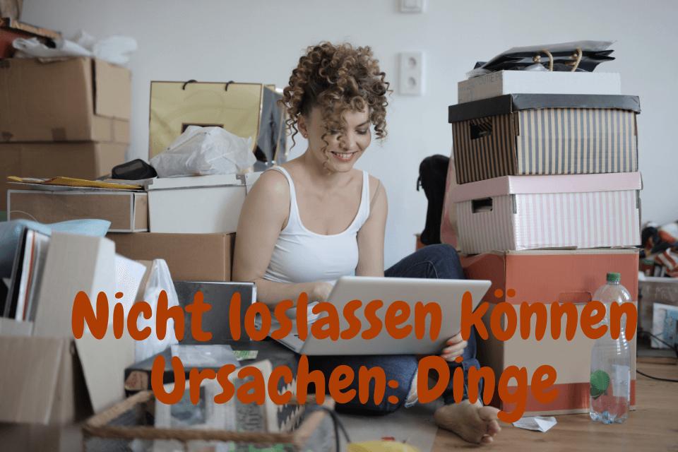 Eine Frau arbeitet am Arbeitsplatz und es hat viele Schachteln - Nicht loslassen können Ursachen Dinge