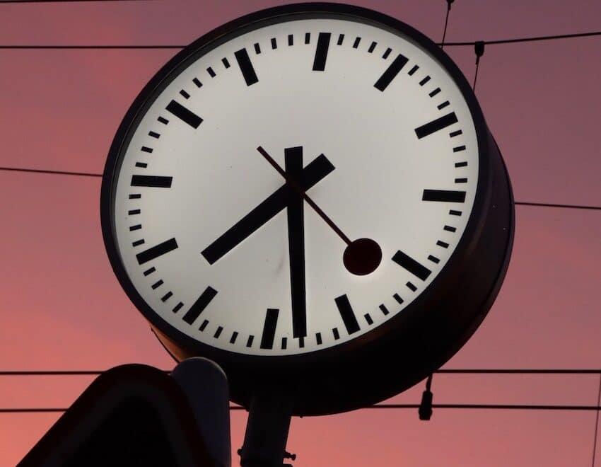 Eine grosse Uhr - Zeit als Wegweiser