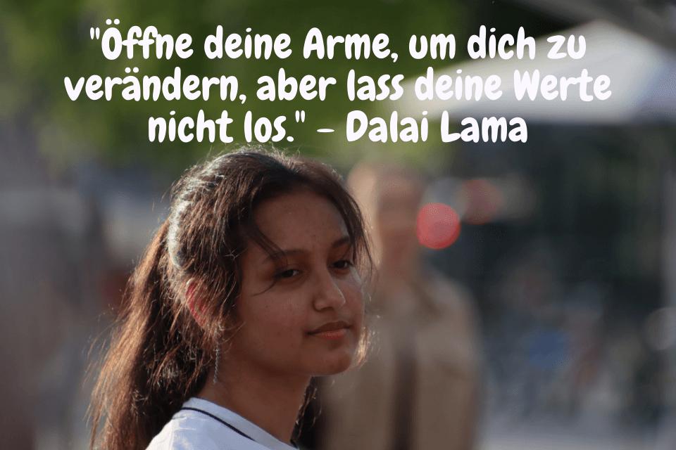 Eine Junge frau  - Öffne deine Arme, um dich zu verändern, aber lass deine Werte nicht los. - Dalai Lama