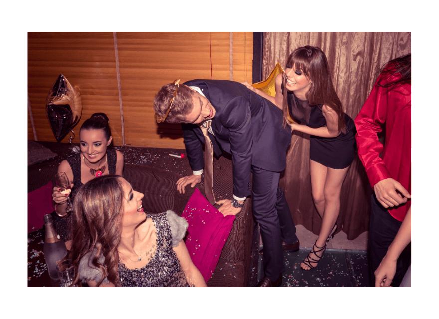 Mann macht ein Striptease bei vier Frauen - Panne bei einem Männer Striptease -