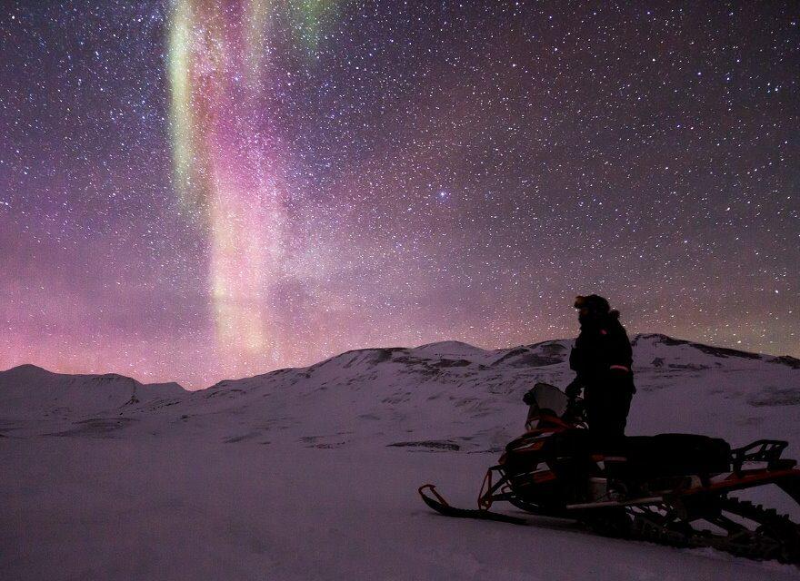 Polarlichter über schneebedeckte Landschaften
