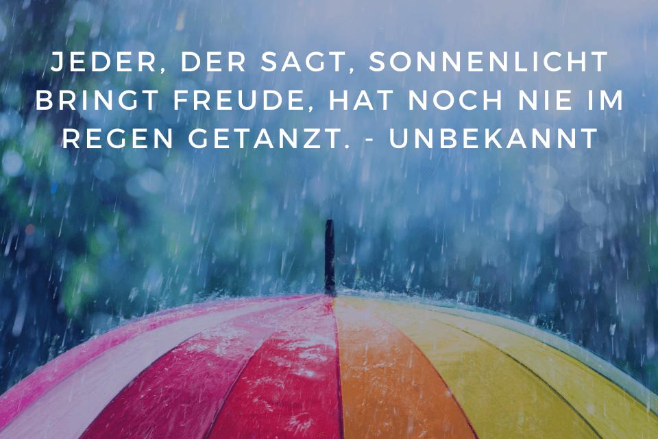 Regen Zitate - Humor Regen - Jeder, der sagt, Sonnenlicht bringt Freude, hat noch nie im Regen getanzt. - Unbekannt