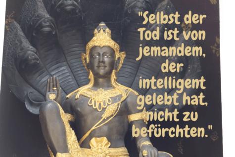 Buddha Statue mit der Aufschrift - Selbst der Tod ist von jemandem, der intelligent gelebt hat, nicht zu befürchten.