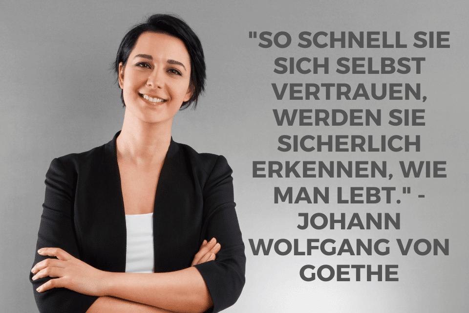 Frau strotzt vor Selbstvertrauen mit den Spruch: So schnell Sie sich selbst vertrauen, werden Sie sicherlich erkennen, wie man lebt. - Johann Wolfgang von Goethe