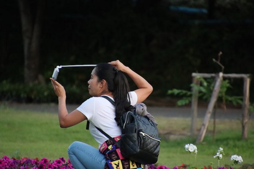 Frau macht ein Selfie - Spruch mach doch