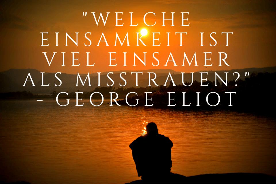 """Mann sitzt am See beim Sonnenuntergang und macht sich Gedanken zu folgendem Zitat - """"Welche Einsamkeit ist viel einsamer als Misstrauen?"""" - George Eliot"""