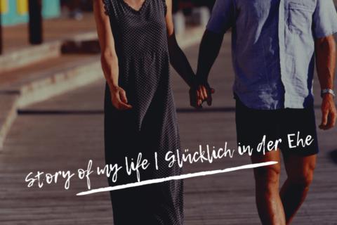Story of my life Glücklich in der Ehe. Ein Ehepaar spaziert händehaltend
