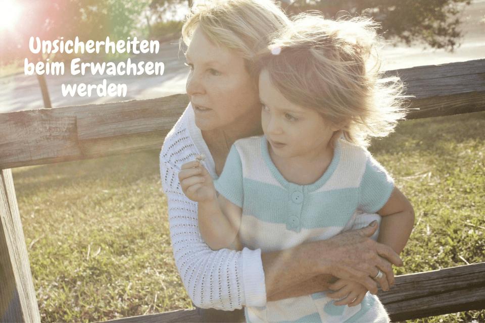 Eine Mutter mit ihrem Kind: Unsicherheiten beim Erwachsen werden