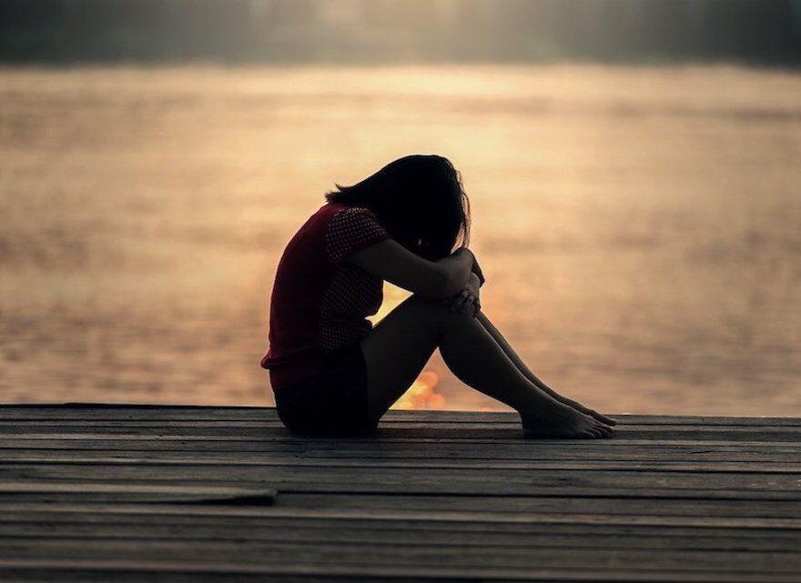 Eine Frau am See möchte gerne ihre Vergangenheit loslassen
