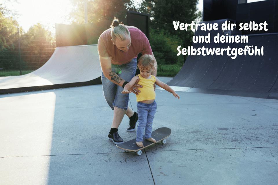 Ein kleiner Junge lernt mit seinem Vater Skateboard: Vertraue dir selbst und deinem Selbstwertgefühl