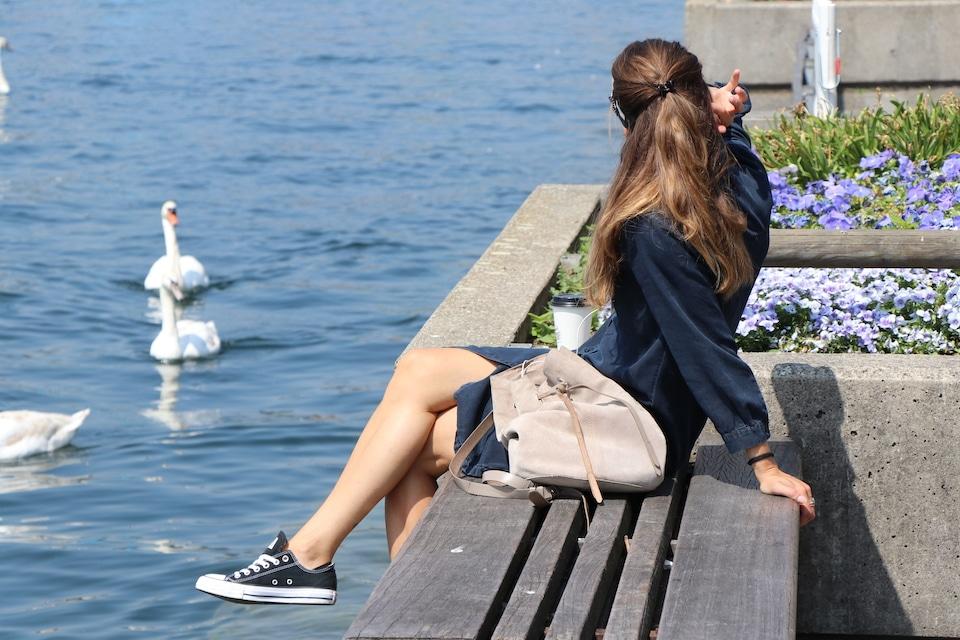 Was ist ein Metapher Definition - Junge Frau am See