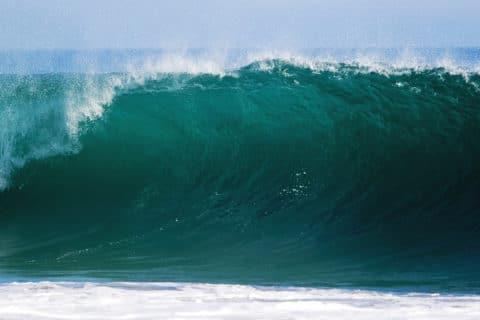 Wasser und Wellen ändern permanent seine Form