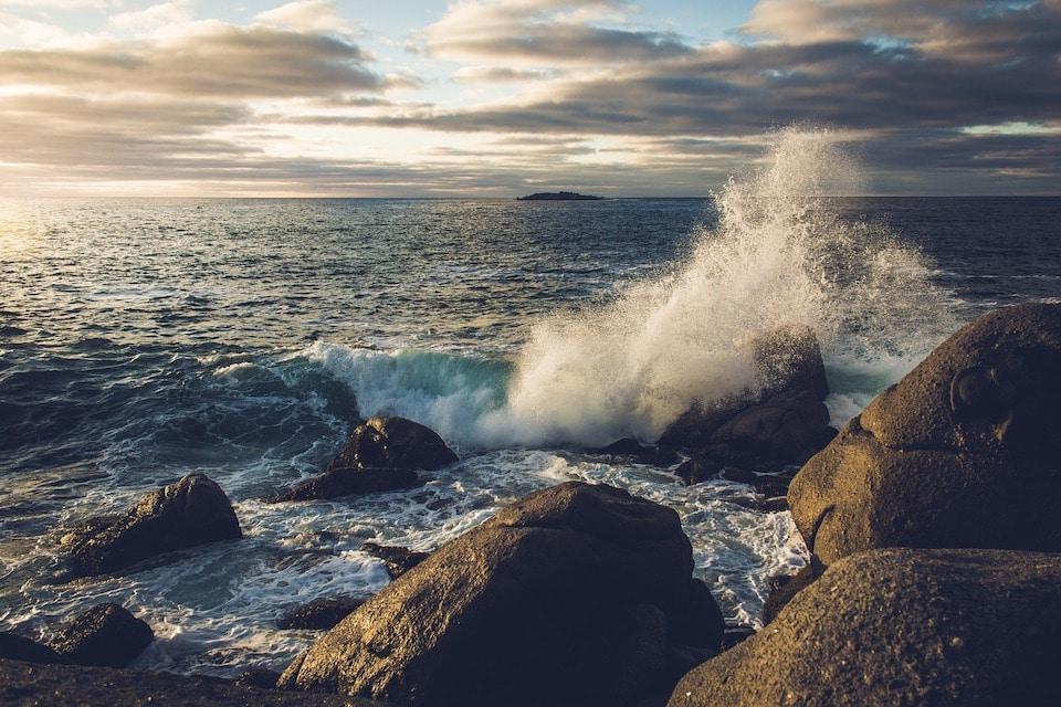 Wasserwellen brechen