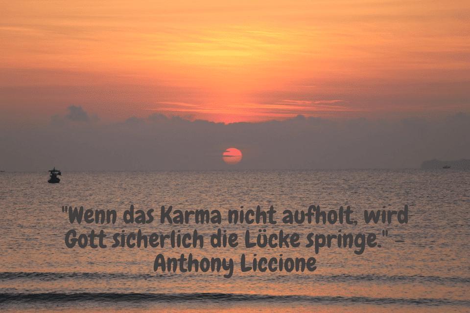 Sonnenaufgang am Meer mit Fischerboot - Wenn das Karma nicht aufholt, wird Gott sicherlich die Lücke springe. - Anthony Liccione