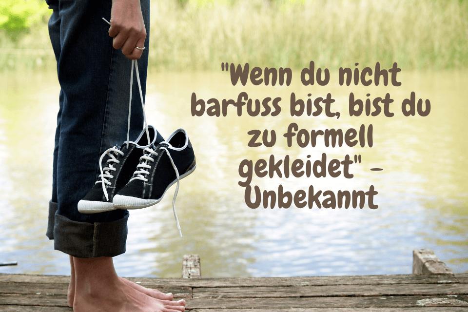 """Mann läuft barfuss am Fluss - """"Wenn du nicht barfuss bist, bist du zu formell gekleidet"""" - Unbekannt"""