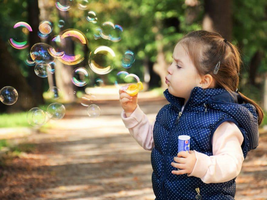 Kleines Mädchen beginnt das Leben als interessantes Spiel zu entdecken