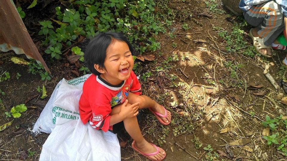 kleiner Junge lächelnd - Wie erhellt man seinen Tag in weniger als einer Minute?