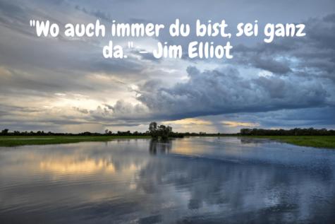 Eine bewölkte Flusslandschaft - Wo auch immer du bist, sei ganz da. - Jim Elliot