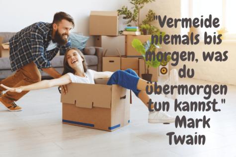 """Ein Mann schiebt eine Frau in einer Kartonschachte über den Boden. Zitat Tun: """"Vermeide niemals bis morgen, was du übermorgen tun kannst."""" - Mark Twain"""