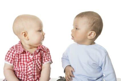 Zwei Babys unterhalten sich