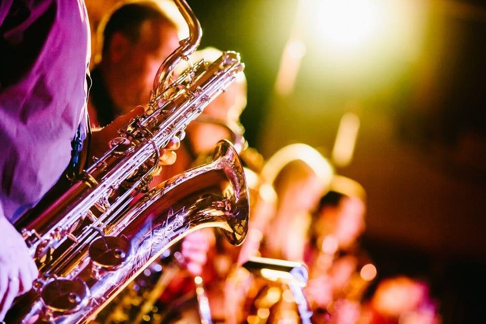 Kann Musik die Stimmung verbessern? Kreative junge Musiker.