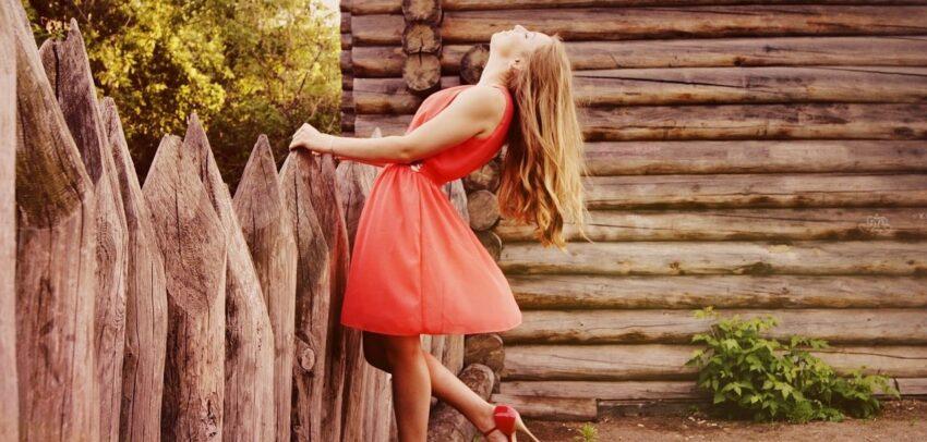 Frau in rotem Röckchen zieht ihr Fazit