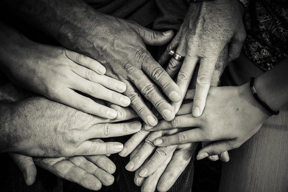 verschiedene hands berühren sich - was ist bedingungslose Liebe