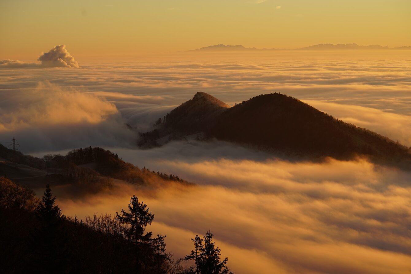 Über dem Nebel schweben