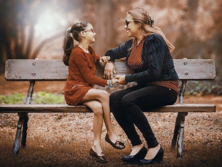 Gute Gespräche führen Mutter und Tochter auf einer bank im Park