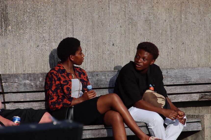 zwei dunkle Menschen diskutieren