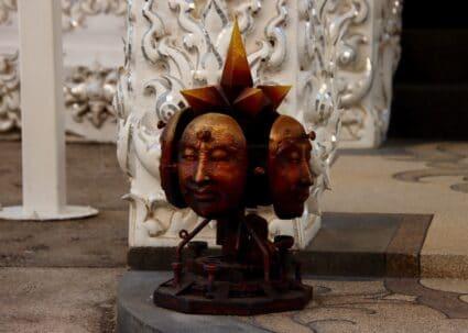Verschiedene Gesichter einer Skulptur zwei-bewunderswerte-geschichten